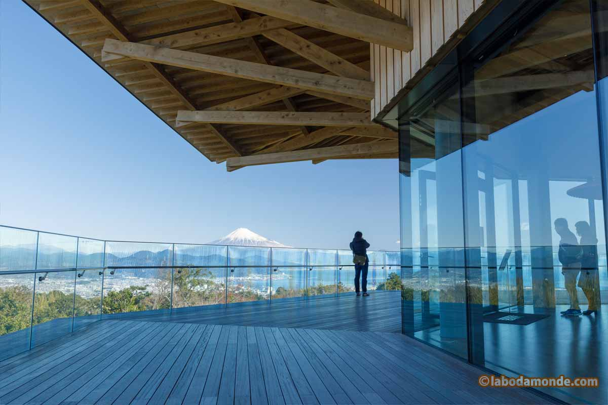 展望フロアと富士山